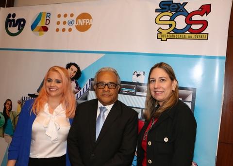 De izquierda a derecha, la creadora de Sex SOS, Imán Muñiz; el ministro de Salud Pública, doctor Rafael Sánchez Cárdenas; y la oficial nacional del Programa Salud Sexual y Reproductiva, doctora Dulce Chahín.